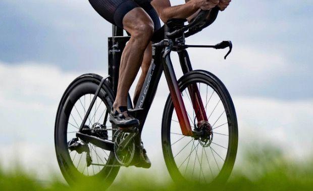 Nederlandse ontwerper van triatlonfiets legt klacht neer tegen Britse olympische baanwielren-ploeg