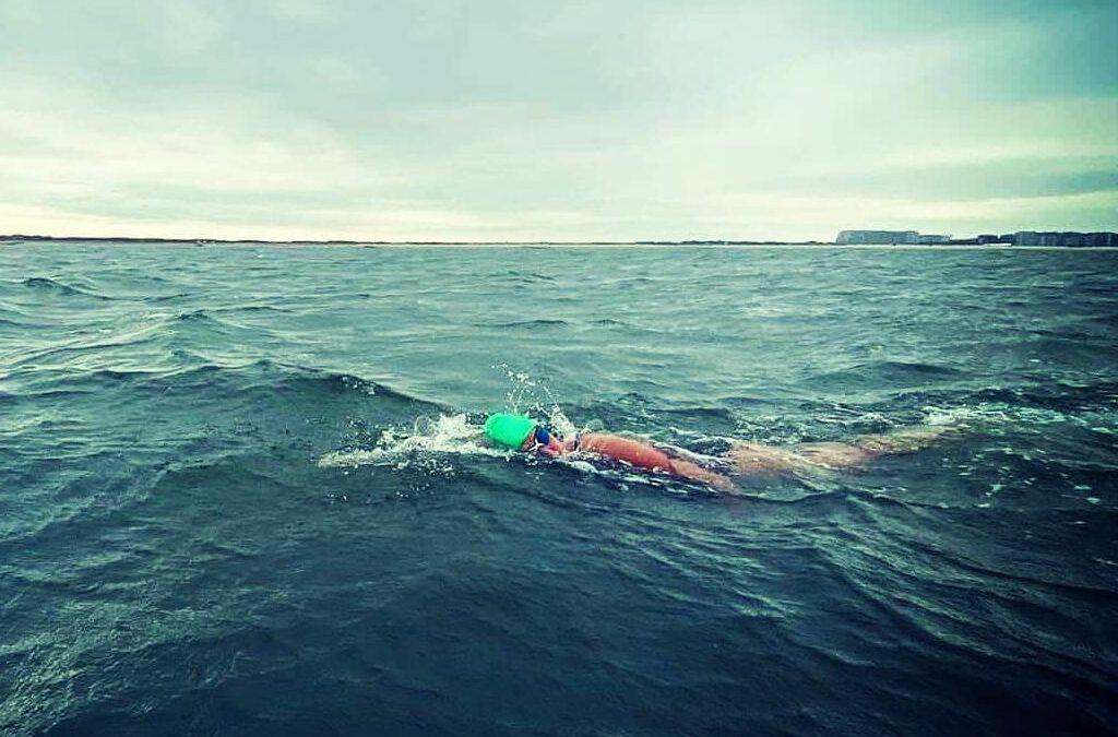 Triatlete Marieke Blomme zwemt als eerste vrouw langs Belgische kust in nieuwe recordtijd