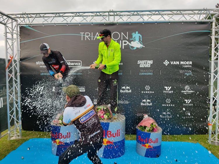 Stenn Goetstouwers en Jonie Vanhoutte winnen turbulente 111 triatlon Jabbeke